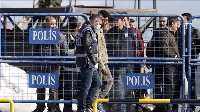 La UE inicia amb opacitat les devolucions de refugiats a Turquia