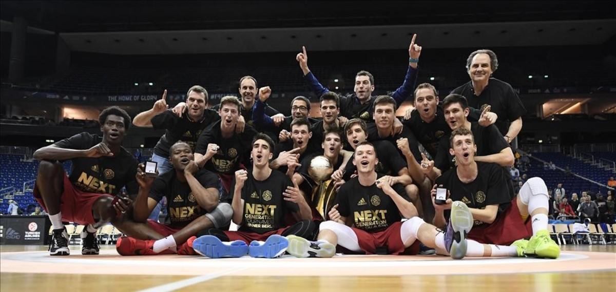 Los jugadores del júniors del Barça posan con el trofeo conquistado en Berlín con el técnico Alfred Julbe a la derecha de la imagen