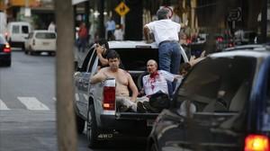 Efraín Alegre, líder del Partido Liberal (izquierda), junto a un herido en los disturbios de la madrugada del sábado.