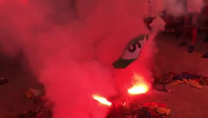Ultras queman estelades al término de la manifestación en Barcelona.