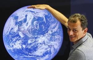 Pedro Duque ridiculiza a un youtuber que dice que la Tierra es plana