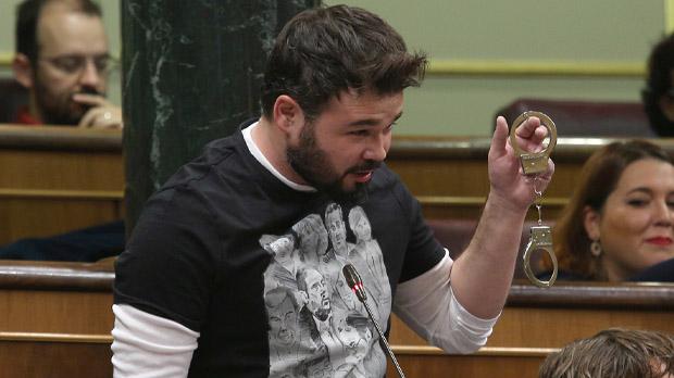 Gabriel Rufián le muestra unas esposas al presidente del Gobierno.