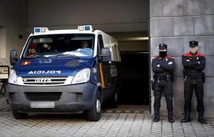 El furgón policial con los cinco juzgados por violación sale de la Audiencia de Navarra, en Pamplona, el lunes.