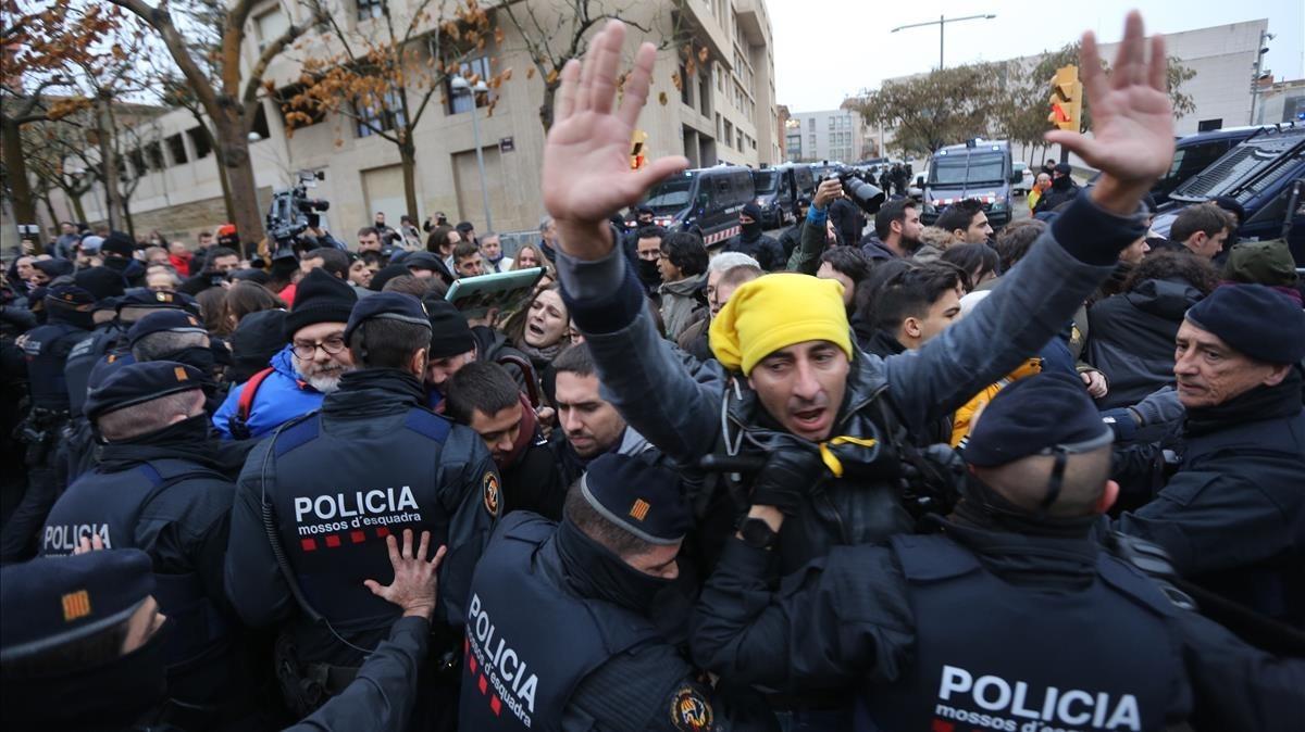 Los concentrados ante el Museu de Lleida intentan impedir el traslado de las obras.