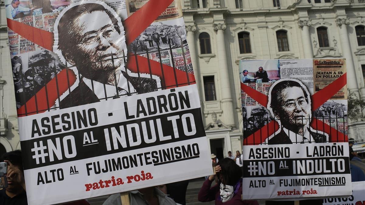 Manifestantes protestan en Lima la decisión del presidente Pedro Pablo Kuczynski de indultar al exmandatario Alberto Fujimori.