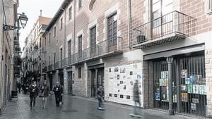 Fachada del Palau Alòs, un edificio al servicio del barrio de Sant Pere, Santa Caterina i la Ribera, hace unos días.