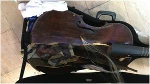 La viola da gamba destruida durante un vuelo.