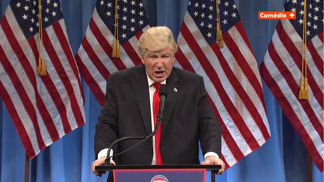 Alec Baldwin es burla de la suposada festa sexual de Trump al parodiar la seva roda de premsa