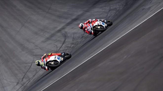Andrea Iannone (izquierda) traza una curva por delante de su compa�ero en Ducati Andrea Dovizioso, durante el GP de Austria de MotoGP.