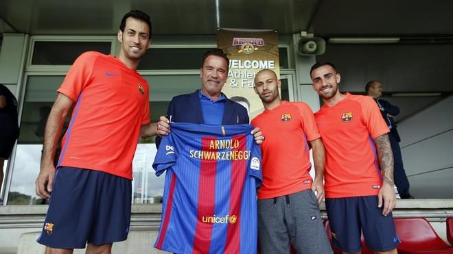 Busquets, Mascherano y Alc�cer, con Arnold Schwarzenegger, que sigui� el entrenamiento del Bar�a.