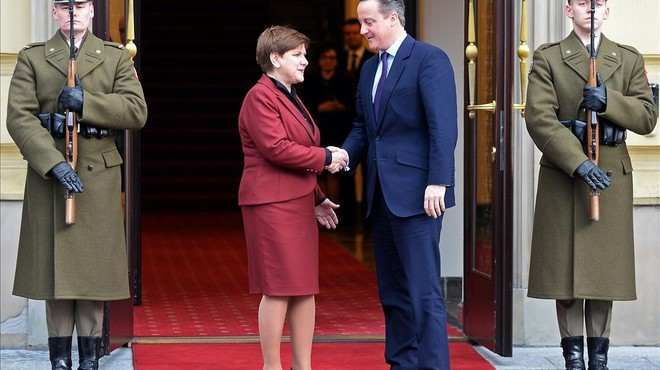 Cameron, con la primera ministra de Polonia, Beata Szydlo, este viernes, en Varsovia.