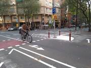 Como prueba piloto, en la calle de Cartagena se han habilitado espacios con la finalidad de que las maniobras de giro de los ciclistas sean más seguras.