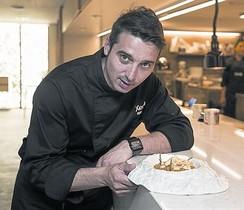 El chef Fran López muestra un plato de arroz con 'espardenyes'.