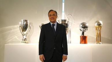Florentino posa con los últimos trofeos del Madrid.