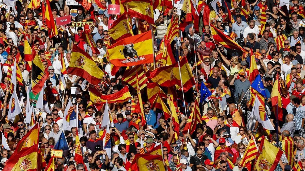 Un mar de banderasespañolas durantela marcha de los no Independentistas