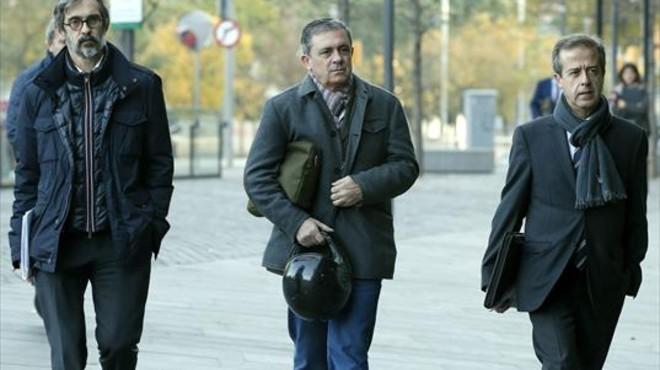Jordi Pujol Ferrusola, en el medio, junto con sus abogados.