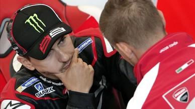 Jorge Lorenzo atiende las explicaciones del bicampeón australiano Casey Stoner, piloto probador de Ducati.