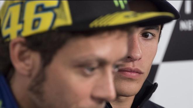 M�rquez mira a Rossi durante una conferencia de prensa.