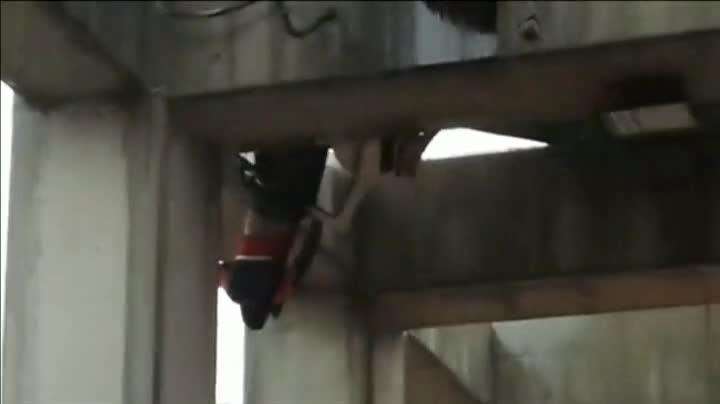 Un ni�o queda colgado de un puente tras sufrir un accidente