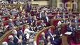 El Parlament aplaude a Puigdemont tras intervenir en defensa de Lluis Llach, ante la protesta de Albiol.