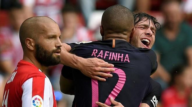 Rafinha se abraza a Sergi Roberto despu�s de marcar el 0-2 al Sporting gracias a�un gran centro del lateral.