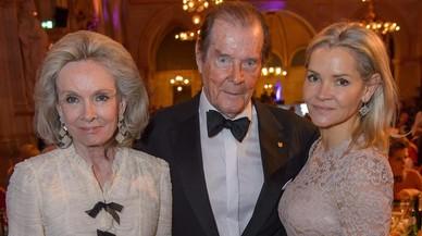 Roger Moore, entre su mujer, Kristina, y la hija de esta, Christina Knudsen, fallecida este lunes a los 47 a�os, en una gala en noviembre del 2015.