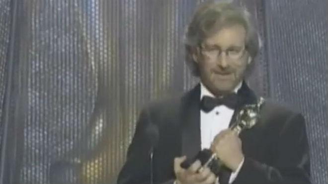 Steven Spielberg recibe el Oscar a mejor director con 'La lista de Schindler', en 1994.