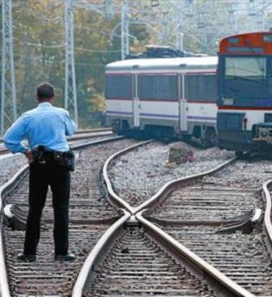 Dos mujeres heridas leves al descarrilar un tren en Girona