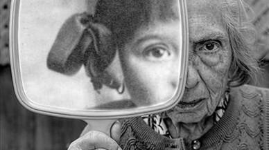 Tres composiciones fotográficas de Tony Luciani que invitan a reflexionar sobre la existencia del ser humano: el espejo y las sombras del presente como proyecciones del pasado.
