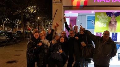 Les 'viudes de Rubianes' s'enfilen i col·loquen la seva pròpia placa a la plaça de l'actor