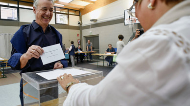 Urkullu, al depositar su voto en un colegio electoral de Durango (Vizcaya).