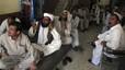 Varios paquistanís siguen las últimas noticias sobre la muerte de Bin Laden en una cafetería de Quetta, en Pakistán.