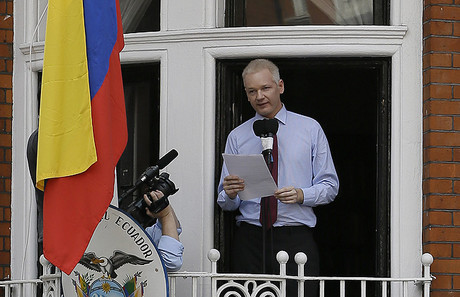 Julian Assange se dirige a los medios y a sus seguidores desde un balcn de la Embajada de Ecuador en Londres, este domingo.