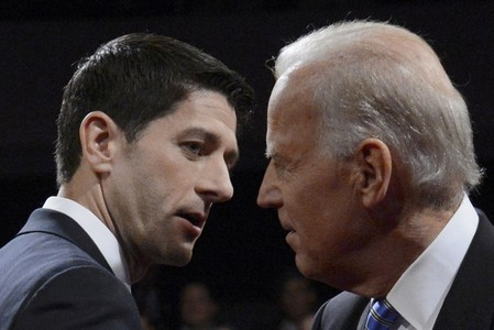 Joe Biden y Paul Ryan, antes del debate de los candidatos a vicepresidente.