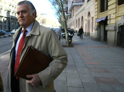 Luis Barcenas saliendo de su casa en madrid