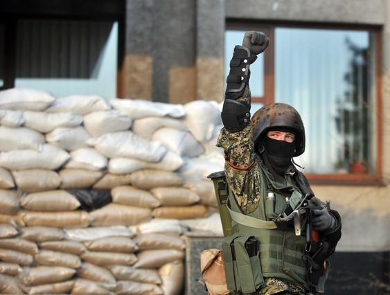 Un activista prorruso, en una barricada en la ciudad de Slaviansk, este viernes.