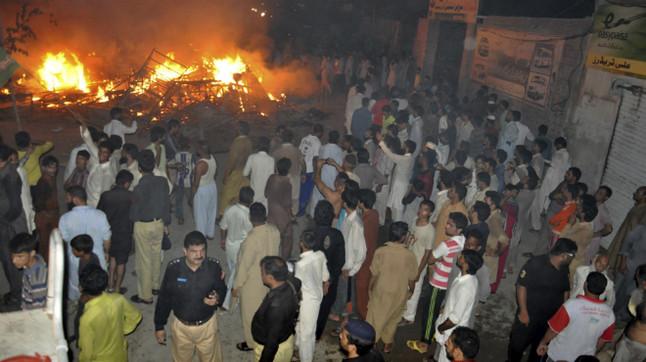Un centenar de personas acude al lugar en el que una mujer y dos niñas fallecieron en un ataque contra una comunidad de la minoría ahmadi, en la ciudad de Gujranwala, en la provincia del Punyab (Pakistán), en la madrugada de este lunes.