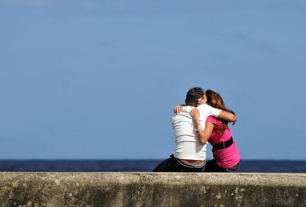 Una pareja se abraza en el malecón de La Habana.