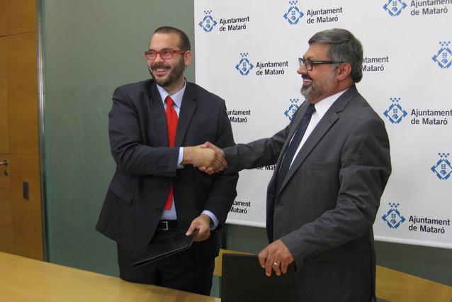 El nou alcalde de Mataró, David Bote (PSC), en el moment descenificar lacord de mandat amb Joaquim Fernàndez (CiU).