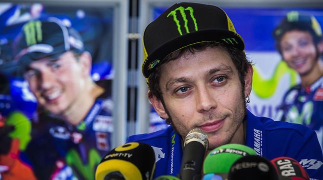 Valentino Rossi, rodeado de micrófonos durante al rueda de prensa que ha ofrecido en Cheste