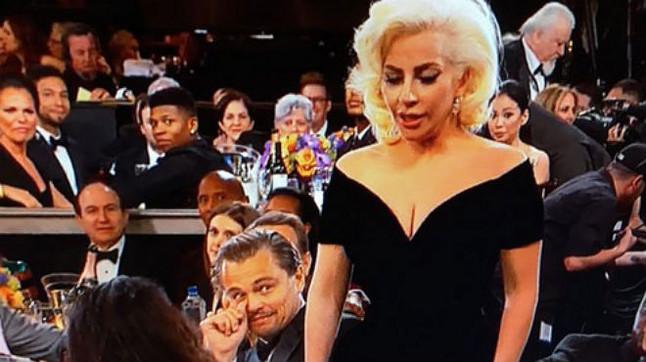 DiCaprio puso una cara extraña cuando Lady Gaga le rozó el brazo, durante la gala de los Globo de Oro.