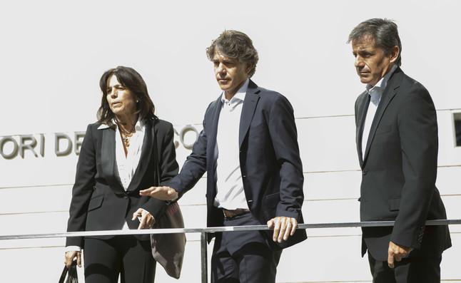 Marisa, Javier y Emilio Sánchez Vicario, en el funeral por Emilio Sánchez en el tanatorio de Les Corts, el mediodía de este sábado.