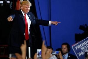 Trump aparece en el escenario en un acto en Pensilvania, el sábado.