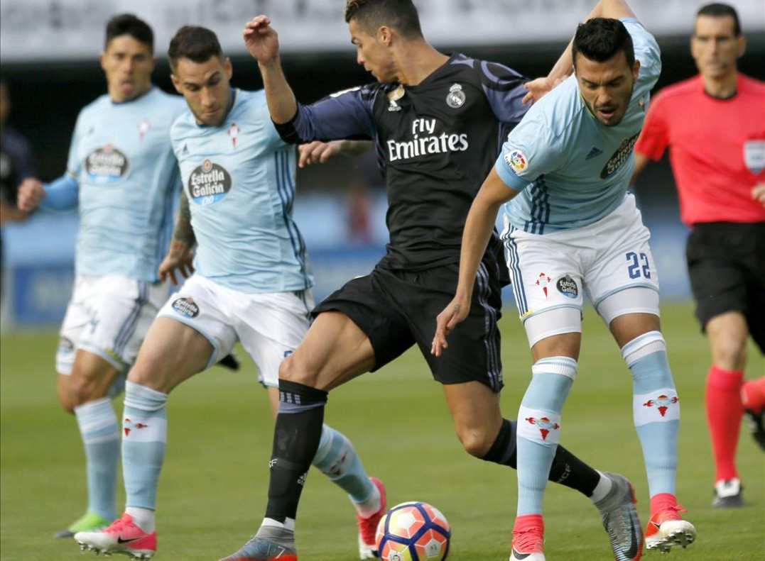 Ronaldo, entre Cabral y Hugo Mallo, en el encuentro entre el Celta y el Madrid