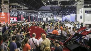 La multitud observa los modelos en el Automobile.