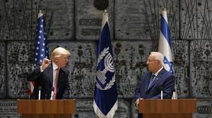 El presidente de Israel, Reuven Rivlin (derecha), escucha al presidente Trump en Jerusalén, el 22 de mayo.