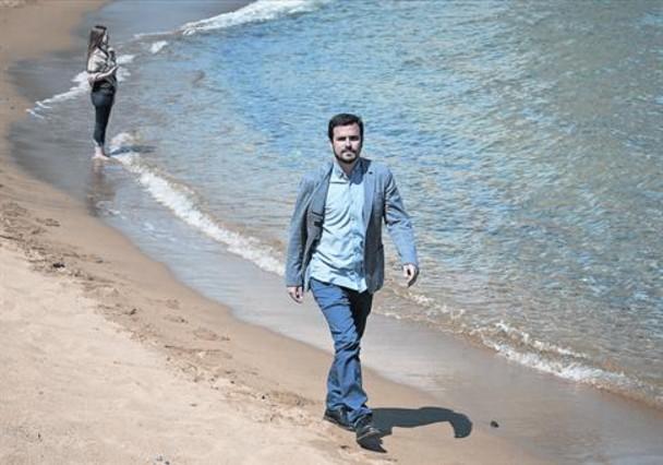 detodounpoco.achl Alberto-garzon-camina-por-playa-barceloneta-despues-entrevista-pasado-jueves-1428762217036