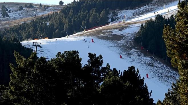 Les estacions d'esquí encaren el Nadal amb només la meitat de les pistes obertes