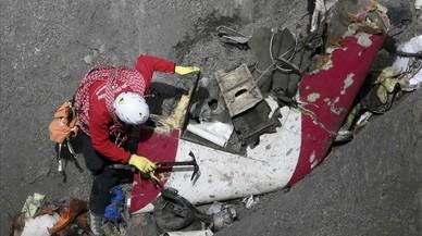 Inspecci�n de restos del avi�n de Germanwings, un caso que desat� el discurso del odio hacia los catalanes en internet.