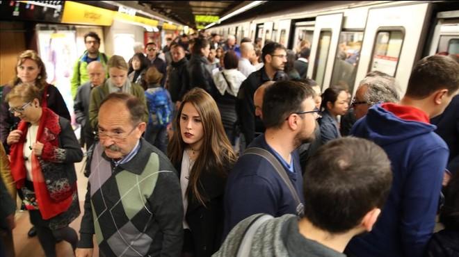 Acomiadats sis revisors del Metro que es quedaven les multes